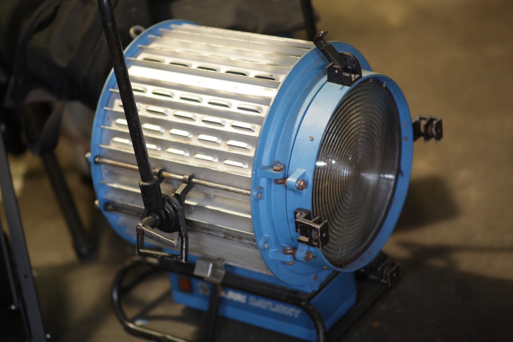 Arri Daylight 2.5k Fresnel HMI (includes scrims,  barn doors,  ballast,  stand,  lamp,  header)